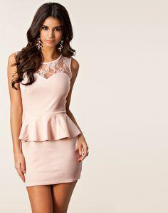 Candy Lace Peplum Dress - Club L - Nude - Feestjurken - Kleding - NELLY.COM
