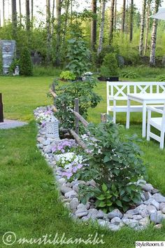 piha,puutarha,kesäkukat,kukkapenkki,kivet Potager Garden, Garden Edging, Garden Trellis, Terrace Garden, Landscaping With Rocks, Backyard Landscaping, Outside Plants, Indoor Flowers, Garden Projects