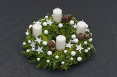 Wieniec adwentowy w białej kolorystyce. Podstawą tej dekoracji świątecznej jest wieniec spleciony z gałązek żywotnika (tui), które ozdobiono malutkimi bombkami, wyciętymi z błyszczącego papieru gwiazdkami i szyszkami. Wieniec uzupełniają białe grube świece Christmas Time, Christmas Wreaths, Christmas Crafts, Holiday, Advent Wreaths, Homemade Christmas Decorations, Xmas Decorations, Advent Candles, Christmas Arrangements