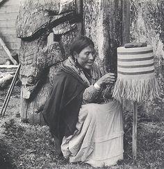 Femme haïda du village de  Masset  avec un panier sur un moule, 1897.Photographe : Edward P. Allen. Les femmes confectionnaient diverses sortes de paniers, des vastes contenants à tressage lâche permettant aux palourdes de s'égoutter jusqu'aux tasses tressées si serré qu'elles pouvaient contenir des liquides. Les paniers étaient tressés en racine d'épinette. Les motifs étaient soit peints( rouge et noir, à l'occasion un peu de vert ou bleu)soit tressés( écorce foncée, fibres végétales…