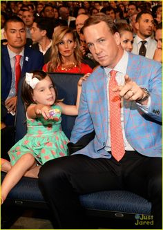 Peyton Manning's daughter Mosley clings to his leg at the 2015 ESPYS Pro Football Teams, Denver Broncos Football, Go Broncos, Football Love, Broncos Fans, Peyton Manning Family, Daddy Daughter Dates, Mother Daughters, Mother Son