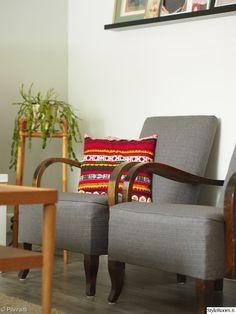 Tuolit ja kukkapylväs.