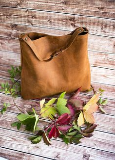 Genuine leather hobo bag with regulated handle - mat leather shoulder bag Leather Handbags, Leather Bag, Leather Fashion, Tote Bags Handmade, Look Vintage, Everyday Bag, Hobo Bag, Shoulder Handbags, Fashion Bags