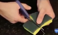 Ze knipt een sponsje open en stopt er een magneet in. Waarom? Dit is echt BRILJANT! - Zelfmaak ideetjes