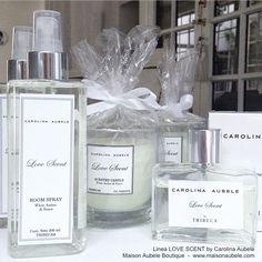 Love Scent es una fragancia elegante y delicada. Una combinación de notas de salida frutales, con un corazón floral, predominado por rosas blancas, y con una base suntuosa y sensual que solo el ámbar blanco puede lograr. La línea completa es el perfume, Room Spray y Vela Aromática. Pirámide olfativa. Cabeza: Agua de Flor de Naranja – Ciruela amarilla - Manzana Corazón: Rosa blanca – Orquídea de vainilla - Lirio Fondo: Almizcle – Sándalo – Ámbar blanco – Madera de Teca