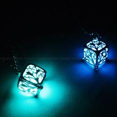 [モノジー] MONOZY - 新感覚アクセ - ダーク ネックレス ツリーキューブ ミステリアス ペンダント 【収納袋セット】 光る ネックレス (青)