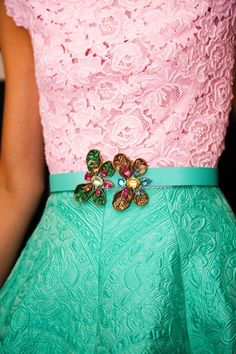 Tow broaches on the waist to create drama.