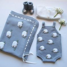 Best 12 Plain overalls with handmade balls and buttons on the back and crotch. Ref: See the color catalog here. Baby Knitting Patterns, Knitting Blogs, Knitting For Kids, Knitting Designs, Baby Patterns, Giraffe Crochet, Crochet Baby, Knit Crochet, Baby Outfits Newborn