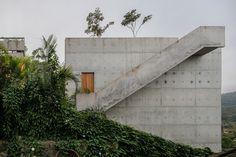 Completed in 2014 in Ubatuba, Brazil. Images by Nelson Kon . Two main goals have led the design process: [1] not touch the ground; [2] to create an outside platform where topography, with 50% of slope, has...