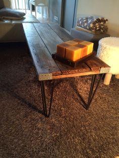Atelier Ripaton - Hairpin Legs - Un coin salon cosy et moderne ! Customisez votre intérieur et donnez du caché à votre salon avec des meubles uniques.  Table réalisée avec des pieds de 30 cm à 3 branches disponibles chez Ripaton !