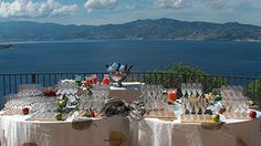 L'ésplanade è una splendida terrazza del Castello che ha l'affaccio sul mare e sullo Stretto di Messina, dove si svolgono dei ricevimenti all'aperto con le fritture a vista, le grigliate, i primi cucinati al momento, e ricchi buffet di entrées e entre mets, e di dolci e frutta. Ci permette di organizzare ricevimenti giovani, innovativi, con la possibilità di gustare al massimo l'esterno e di godere le luci dello stretto, i profumi del parco, la complicità della notte con un after dinner e…