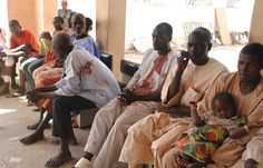 Des victimes de l'attaque de Boko Haram attendent d'être soignées à l'hôpital de Maiduguri, au Nigeria, le 28 décembre 2015.