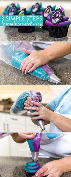 muffins dekoriert mit sahne in lila und blau und kleinem foto