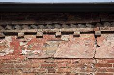 Eglise gothique San Domenico: détail de la frise en terre cuite et des freques sur la façade à l'est, donnant sur la via Milano.
