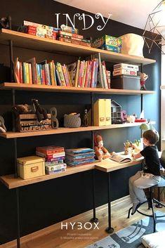 Funkcjonalny regał w stylu industrialnym, który dzięki dodatkowemu blatowi pełniącemu rolę biurka doskonale sprawdzi się zarówno w pokoju dziecięcym jak i gabinecie lub innej przestrzeni biurowej. Półki o szerokości 30 cm oraz blat o szerokości 50cm zostały wykonane z litego drewna dębowego pokrytego wysokiej jakości lakierem zapewniającym szczelność i odporność na zarysowania. Blat został scalony z półką na tym samym poziomie tworząc jeden element. Bookshelves, Bookcase, Industrial Bookshelf, Kids Room, Home Decor, Self, Bookcases, Room Kids, Decoration Home