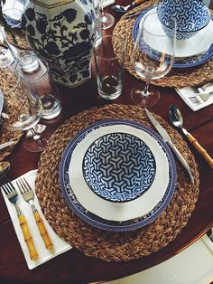 Casual, pretty table setting in blue & white