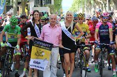 Tour de France 2015. Le maire de Gap entouré de la Miss Alpes du Sud et de sa Dauphine au départ de l'étape Gap-Saint Jean de Maurienne.© Photo Pat.Domeyne/Juillet 2015