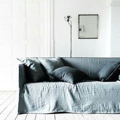 Interno bianco e divano in tessuto grigio/blu. White interior and sofa in grey/blue fabric Divano/Sofa: Ghost 18, Paola Navone for @Gervasoni #vembianco #vemtessuto #vemfriuliveneziagiulia