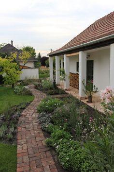 Landscape Ideas For Backyard Porch Garden, Terrace Garden, Garden Paths, Home And Garden, Farmhouse Landscaping, Farmhouse Garden, Backyard Pergola, Backyard Landscaping, Outside Flooring