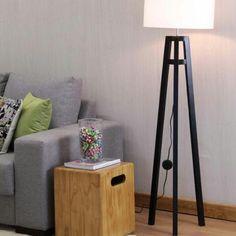Com design contemporâneo despojado, a Luminária de Piso Sirigaita é uma opção indicada para espaço modernos com uma iluminação acolhedora e aconchegante. #luminariatripedepiso #luminariadepiso #luminariadechao #abajurdechao #abajurtripedemadeira #abajurtripe #abajurpreto #luminariapreta