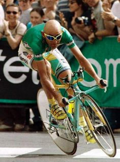 Outstanding riding position. Grande Marco Pantani, el pirata