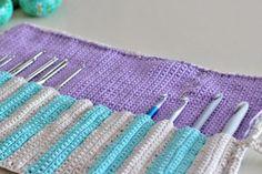 Un tutorial per realizzare all'uncinetto un pratico porta ferri da maglia, perfetto per conservare in modo ordinato gli attrezzi del mestiere!