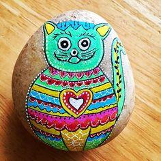 Piedras pintadas día del gato verde Painted Rocks, Painted Fish, Comet Goldfish, Green, Gatos, Manualidades, Painted Pebbles