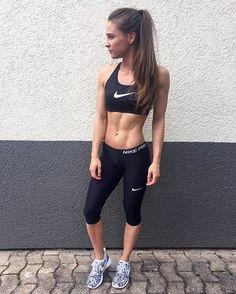 Hoch die Hände Wochenende  #nikepro #stierblut #fitness #workout #fitnessblogger #byevelina | komplettes Outfit geshoppt bei @stierblut