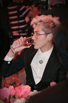 Wow there buddy I don't want another heart attack not todayyyyy Kris Wu, Boy Boy, Chanyeol, Chen, Kai, Korean Fashion Kpop, Wu Yi Fan, Handsome Actors, Pop Fashion