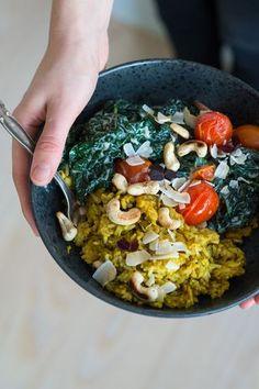 Gule ris og hakket kyllingekød i et mix af kål og kokos