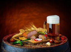 Фотография Пиво Томаты Колбаса Хлеб Ветчина Пища Пена Кружка Натюрморт Помидоры Еда Продукты питания