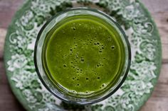 This is probably the healthiest smoothie in the whole world. This smoothie, from new book Eat Fat, Get Thin by Dr. Green Breakfast Smoothie, Detox Breakfast, Breakfast Smoothie Recipes, Green Smoothie Recipes, Healthy Smoothies, Green Smoothies, Avocado Breakfast, Healthy Drinks, Smoothie Packs