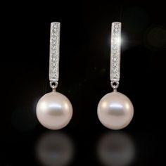 Pendientes para la novia: Brillantes y perlas.