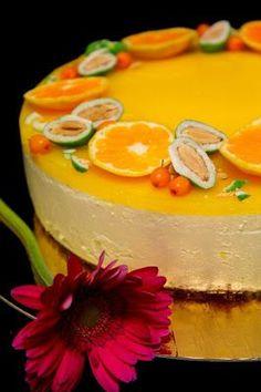 Nyt on niin pimeä aika vuodesta, että tekee mieli pirteitä makuja ja värejä. Sitruuna ja appelsiini maistuvat tässä kakussa vahvasti ja... Just Eat It, Love Eat, Cake Recipes, Dessert Recipes, Sweet Pastries, Piece Of Cakes, Cakes And More, No Bake Desserts, Cheesecakes