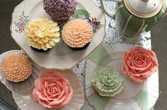 These cupcakes are absolutely PERFECT! As treats at the bridal shower or the reception, I would love to serve these cupcakes. Cupcakes Bonitos, Cupcakes Lindos, Cupcakes Decorados, Floral Cupcakes, Pretty Cupcakes, Beautiful Cupcakes, Amazing Cupcakes, Yummy Cupcakes, Fancy Cupcakes