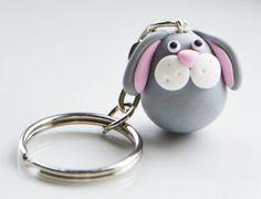 Lapin keyring keychain la main de fimo, argile polymère. Le lapin est gris avec des joues blanches et dessous de loreille rose et le nez. Il