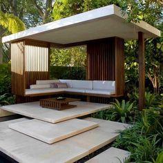 Стены могут быть из сетки или деревянных балок, полностью открытые или с занавесками. Можно построить беседку на небольшом возвышении, подведя к ней ступеньки, или установить только опорные балки и крышу.