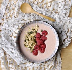 Comment faire un  Smoothie bowl ? framboise, graine de courges, flocons d'avoine , pas de lait de vache :)