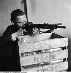 Lid van een verzetsgroep krijgt in de stadsschouwburg illegaal wapen- en schietinstructie , Amsterdam (1945)