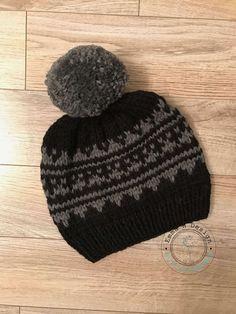 Bonnet en jacquard gris sur fond noir, avec gros pompon de laine grise, tricoté main dans une laine douce et chaude, pour adulte - Produits fabriqués au Québec par Emma H Design