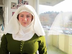 I thought thought that I would share with you how I put on my veil and wimple, my modern me have short hair, bangs and piercings, very non medieval of me. I start of by braiding the front part of m…