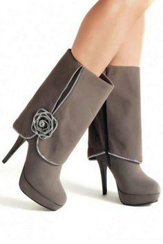 Botas de plataforma color gris. Se destacan por la rosa de la parte lateral que les da un carácter diferencial.