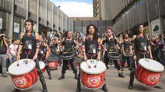 AAINJAA dice HOLA (Vídeo Promo) Samba, Drumline, Rock Songs, Soloing, World Music, Smile Face, Drums, Decir No, Music Videos