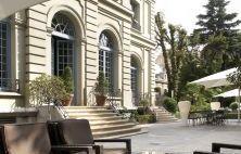 Influencia francesa En pleno centro de Madrid, cerca del Paseo de la Castellana, se encuentra la antigua residencia del Duque de Santo Mauro, hoy convertida en hotel.   www.nicertrip.com