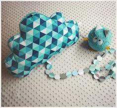 Découvrez Très Grand Coussin nuage moelleux triangle géométrique bleu  sur alittleMarket