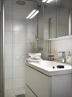 Hvitt, lite bad, tips før du pusser opp badet= Kitchen Tiles, Kitchen Flooring, Old Stone Houses, What Is Hot, Duravit, Double Vanity, Kitchen Remodel, Tile Floor, Sink