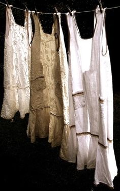 vintage aprons on the line~ I want to display my collection on a clothes line in the laundry room. Monica Crema, Vintage Outfits, Vintage Fashion, Sewing Aprons, Aprons Vintage, Apron Dress, Linens And Lace, Refashion, Boho Chic
