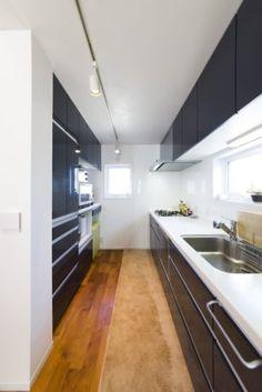 裕生さん自身も料理をするため、キッチンは広すぎず狭すぎず、使いやすい幅を考えて配置。