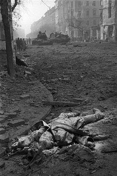 October-November The body of a fallen Soviet soldier on Jozsef Boulevard. Otto Von Bismarck, Man Of War, Photographer Portfolio, Second World, Magnum Photos, Historical Pictures, Life Magazine, World History, World War Two