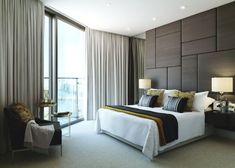 Polsterwand Im Schlafzimmer Wandpaneel Bett Rückenpolster Wand Rückenlehne  Polster Design Braun Modern Vorhänge Nachttischlampen
